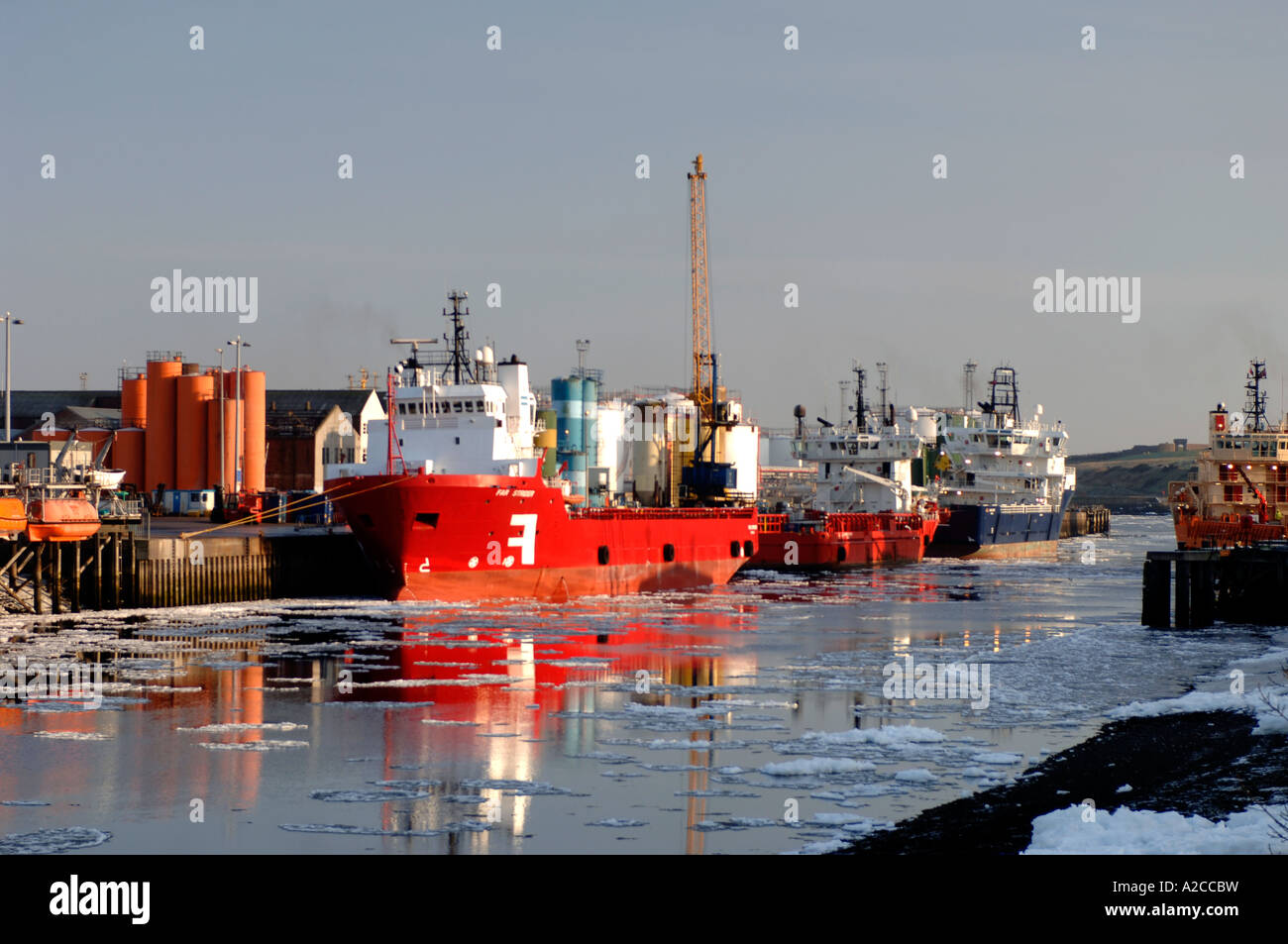 Ice Floes on the River Dee in Aberdeen Harbour at the edge of the North Sea. Grampiam Region. Scotland.  XPL 4366 - Stock Image