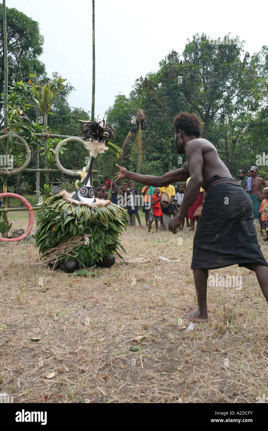 Men throw shell money at Tubuans at a Tolai Death Ceremony, Matupit Island, East New Britain, Papua New Guinea - Stock Image