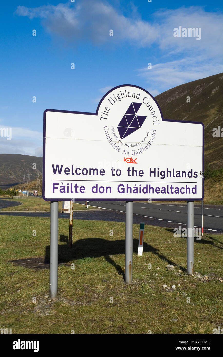dh Welcome to the Highlands sign PASS OF DRUMOCHTER INVERNESSSHIRE A9 Signpost in English and Gaelic scotland road signs language Stock Photo