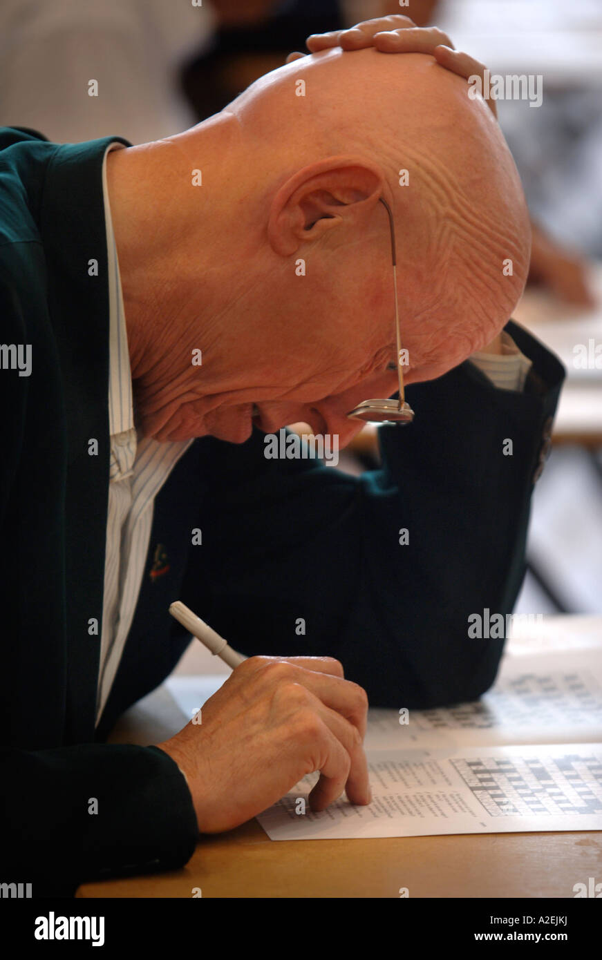 A CONTESTANT AT THE TIMES NATIONAL CROSSWORD COMPETITION CUP DURING THE CHAMPIONSHIPS IN CHELTENHAM UK 2006 Stock Photo