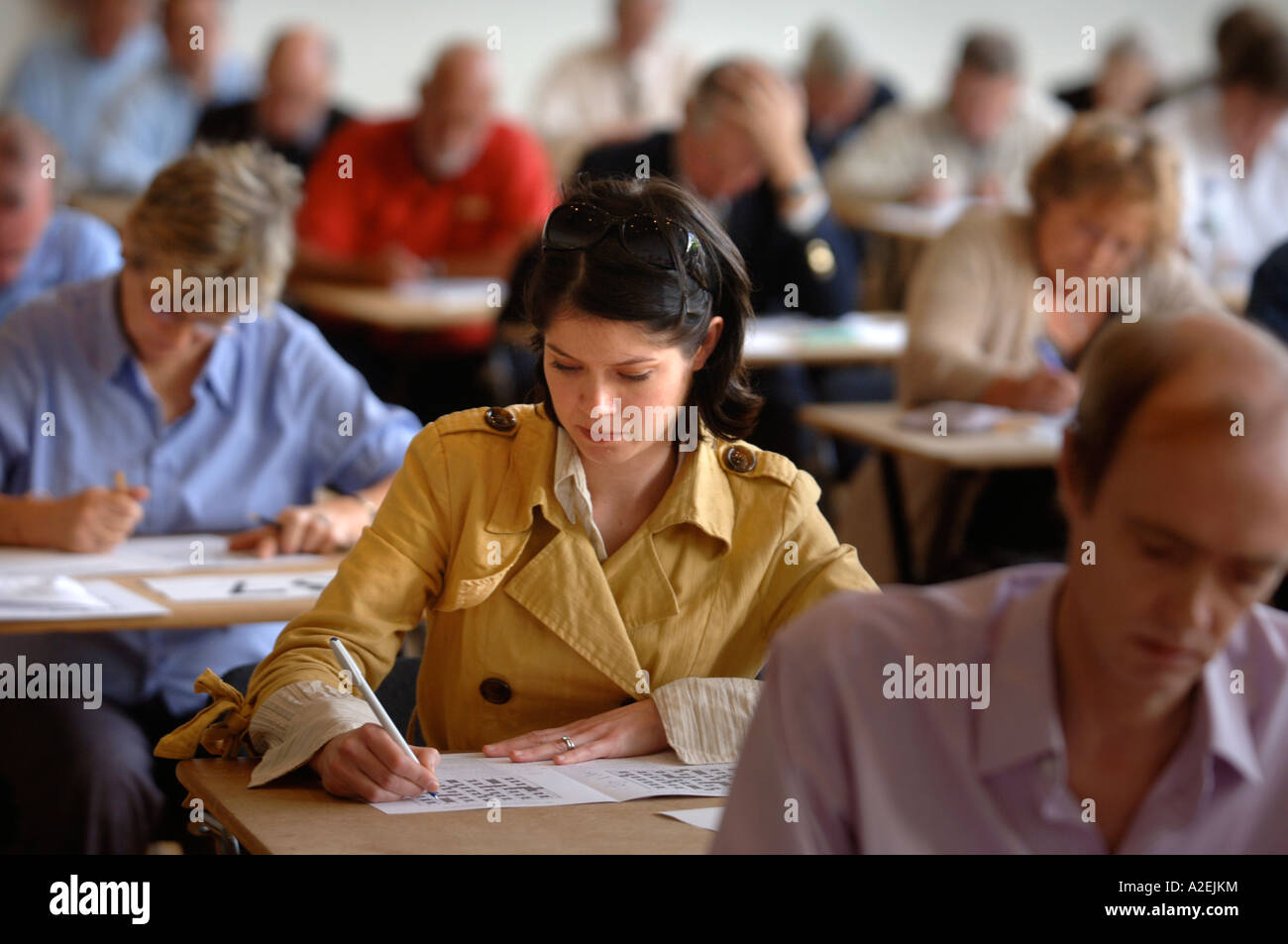 A YOUNG FEMALE CONTESTANT AT THE TIMES NATIONAL CROSSWORD COMPETITION CUP DURING THE CHAMPIONSHIPS IN CHELTENHAM UK 2006 Stock Photo