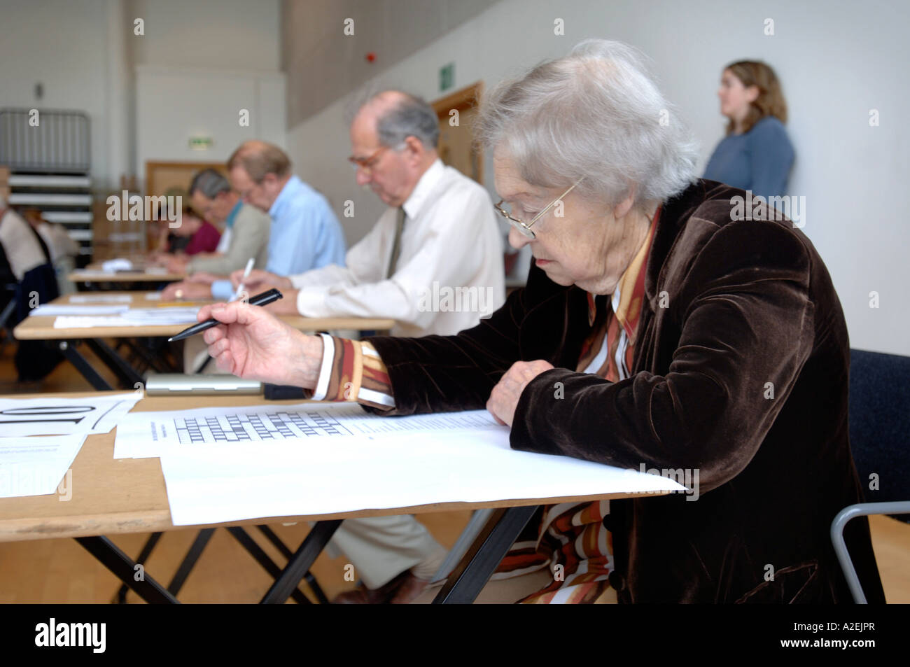 A RETIRED CONTESTANT HANDS AT THE TIMES NATIONAL CROSSWORD COMPETITION CUP DURING THE CHAMPIONSHIPS IN CHELTENHAM UK 2006 Stock Photo