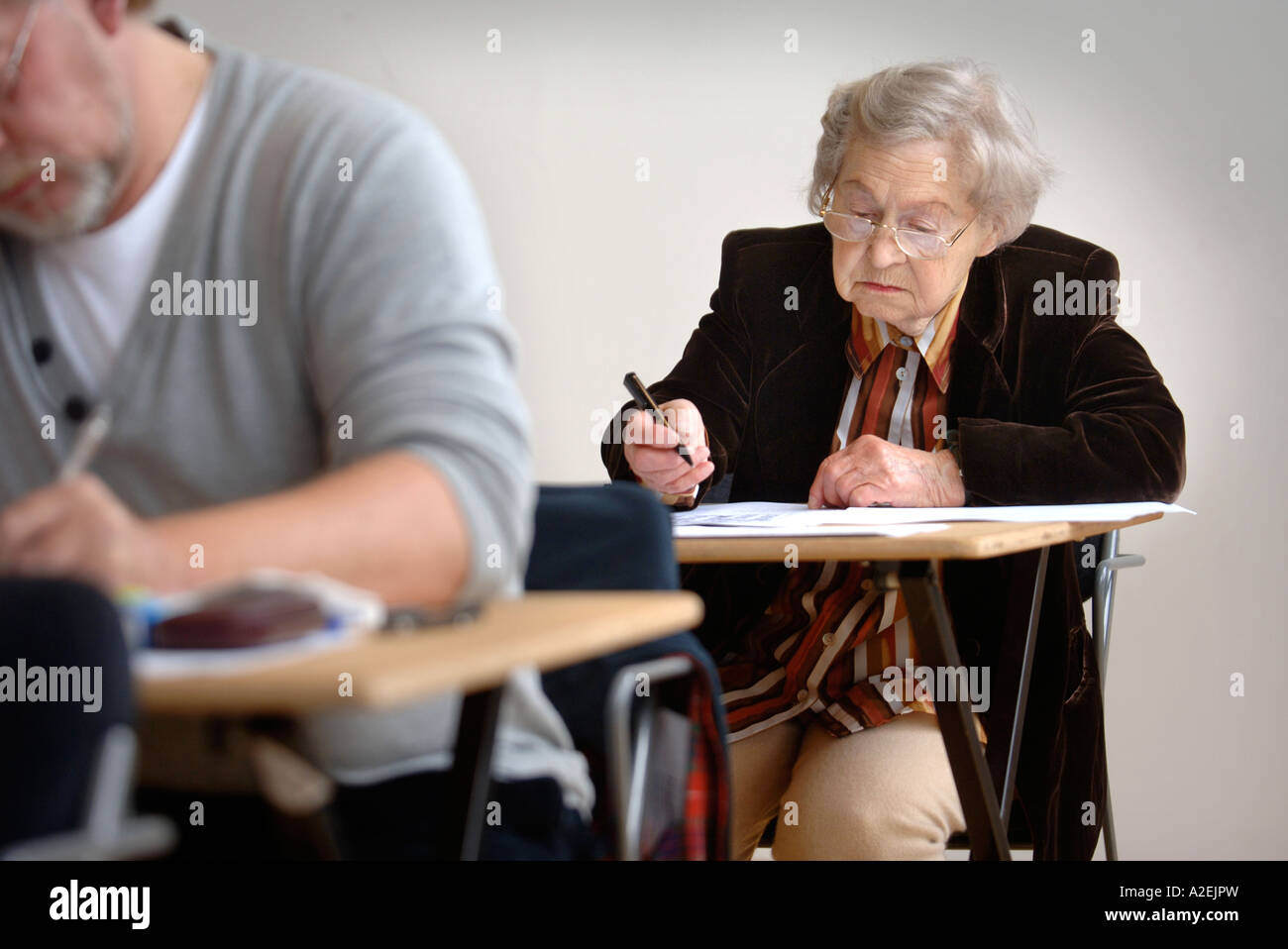 A RETIRED CONTESTANT AT THE TIMES NATIONAL CROSSWORD COMPETITION CUP DURING THE CHAMPIONSHIPS IN CHELTENHAM UK 2006 Stock Photo