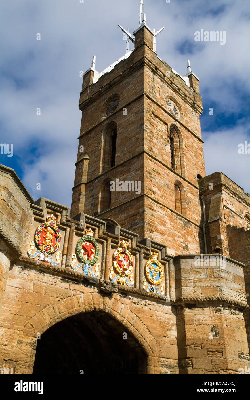 dh Palace outer gate LINLITHGOW WEST LOTHIAN Stone carved painted heraldry coat of arms entrance St Michaels historic church scotland uk medieval Stock Photo