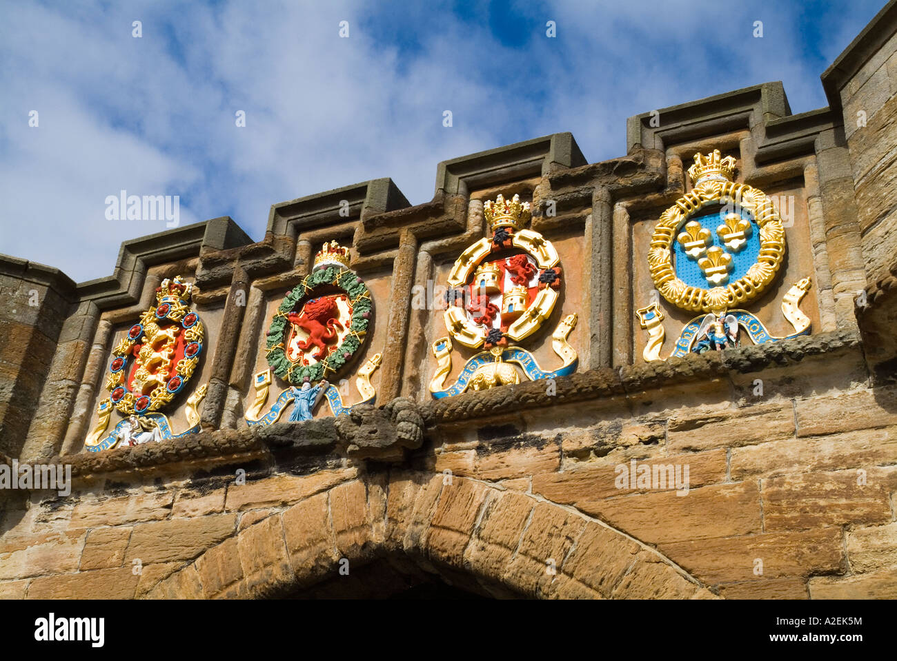 dh Linlithgow Palace outer gate LINLITHGOW LOTHIAN Stone carved painted heraldry coat of arms above entrance - Stock Image