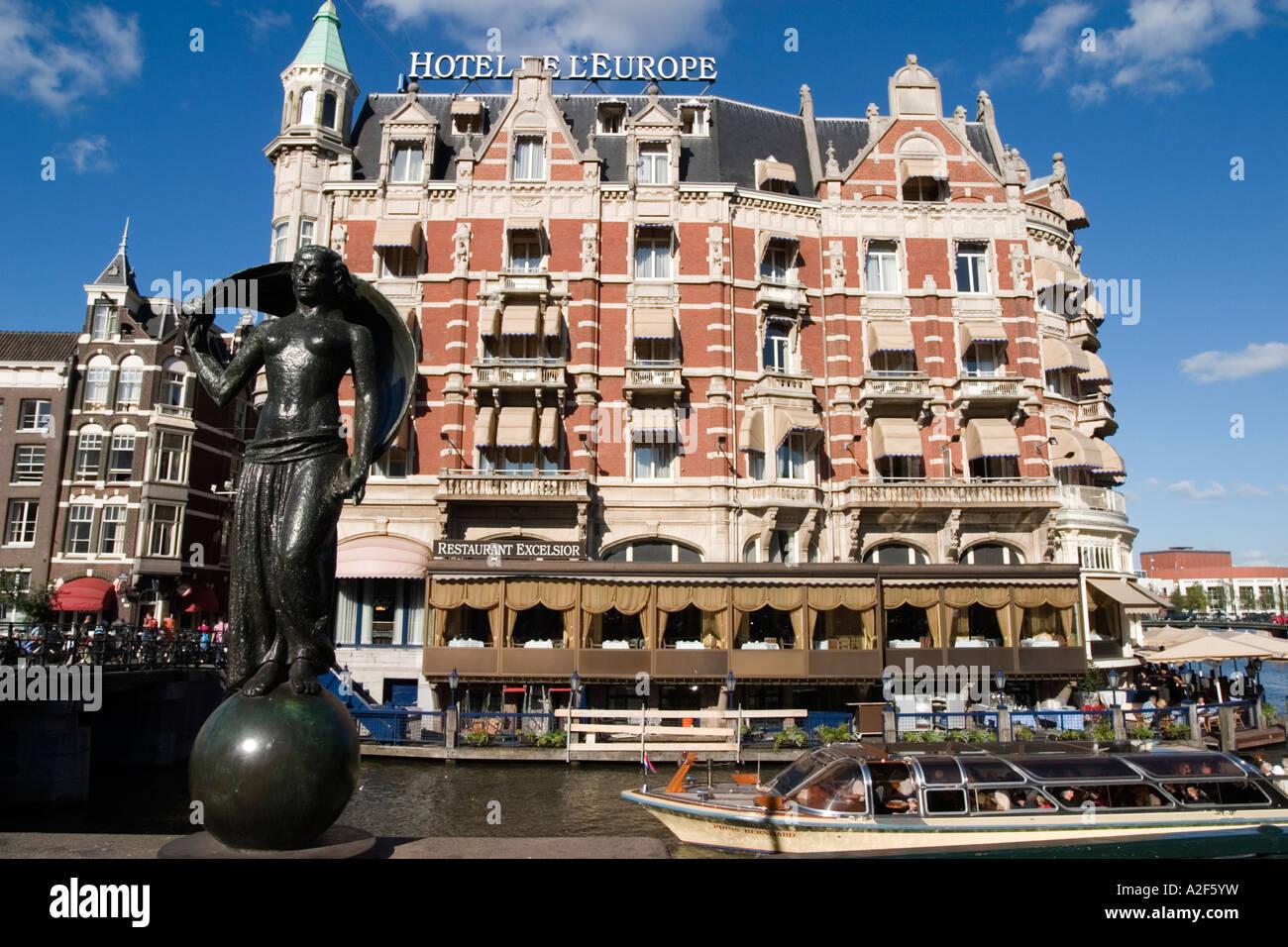 Amsterdam Hotel de l Europe canal sculpture canal boat Restaurant Exelsior Terasse - Stock Image