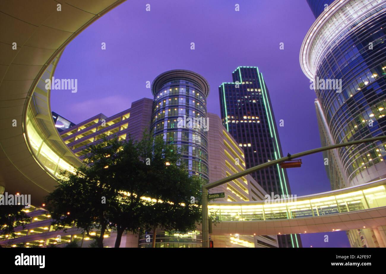 USA Texas Houston Enron tower and skybridge at night - Stock Image