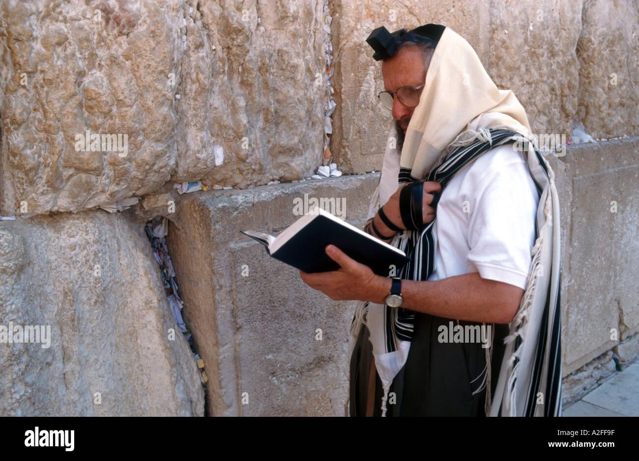 Jew praying at the Wailing Wall - Stock Image