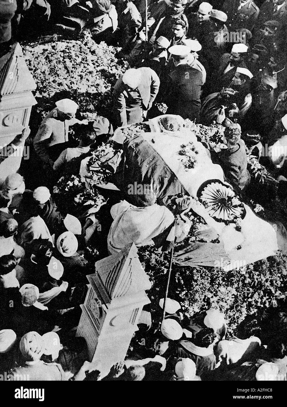 MKG33606 Jawaharlal Nehru next to Gandhis dead body wrapped in Indian Flag 1948 - Stock Image