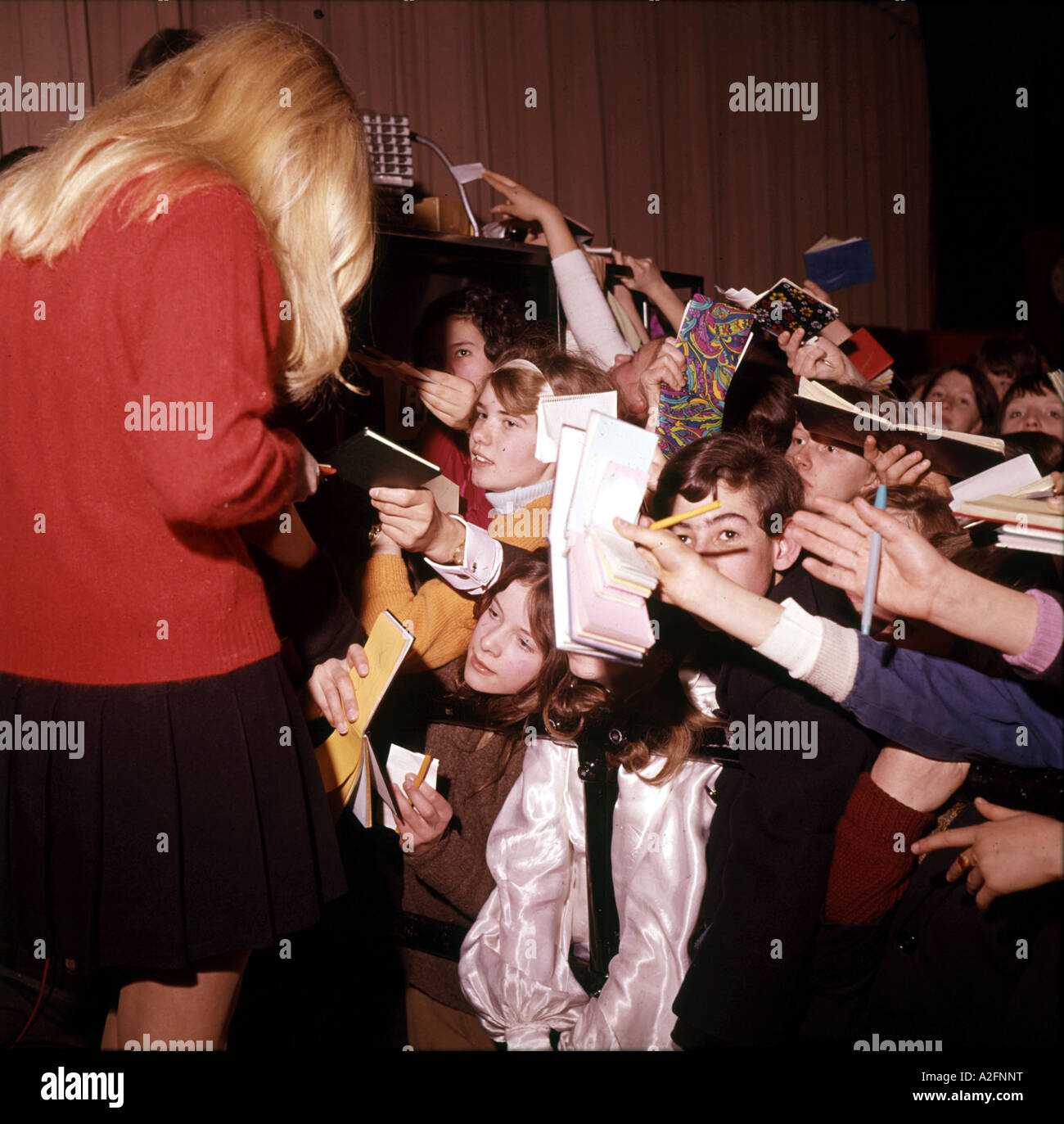 MARY HOPKINS UK pop singer signs autographs in 1968 Stock Photo