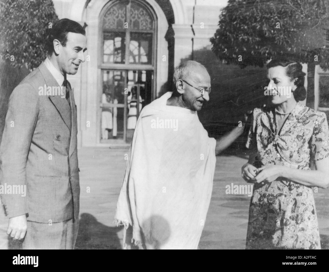 MKG33167 Mahatma Gandhi with Lord and Lady Mountbatten first meeting in Delhi India 1947 - Stock Image