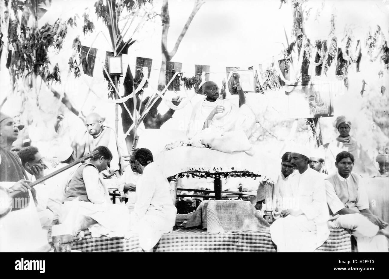 MKG33036 Mahatma Gandhi plying his takli spindle at a public meeting India 1929 - Stock Image