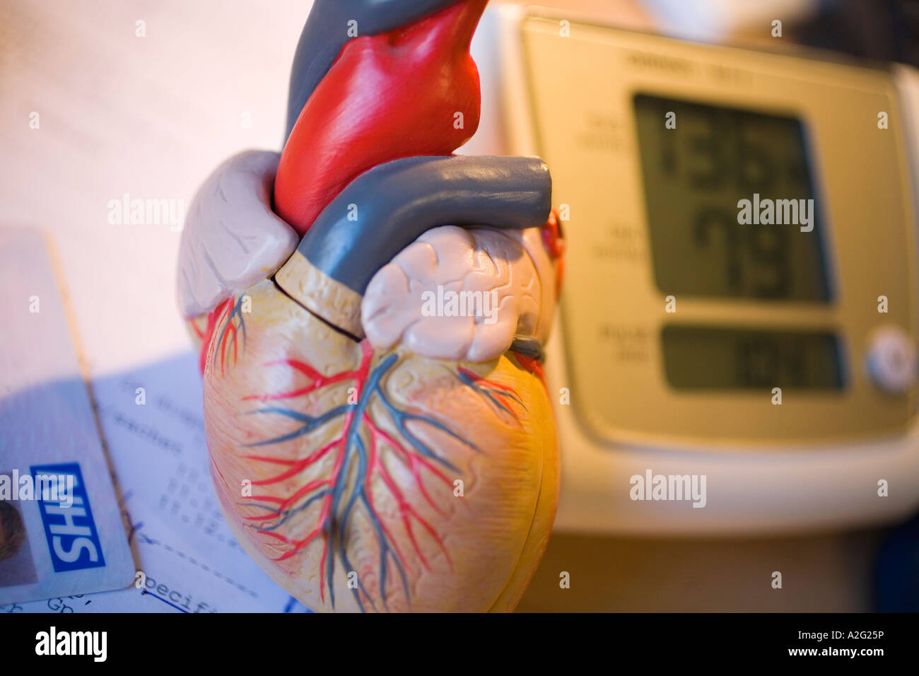 Electronic Sphygmomanometer scale model of heart close-up close up closeup of medical instrument nhs - Stock Image