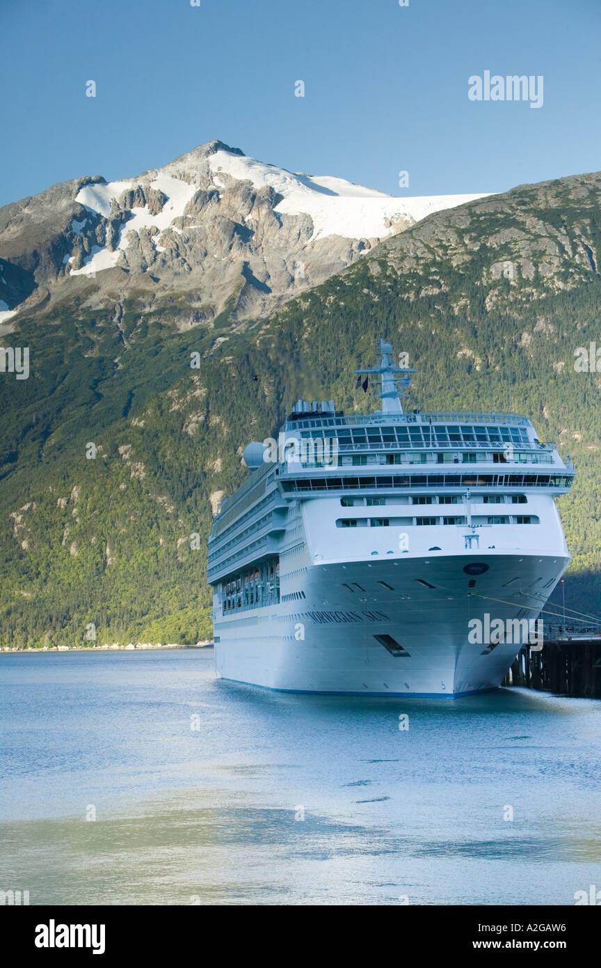 USA, ALASKA, Southeast Alaska, SKAGWAY: Cruiseships in Taiya Inlet with Parson's Peak / Morning - Stock Image