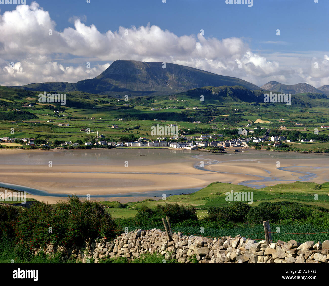 IE - CO. DONEGAL:  Dunfanaghy and Muckish Mountain - Stock Image