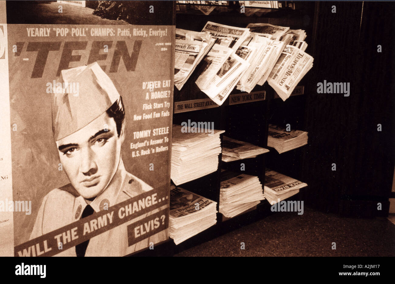 ELVIS PRESLEY Reproduction copies of newspapers reporting his death on sale at Gracelands - Stock Image