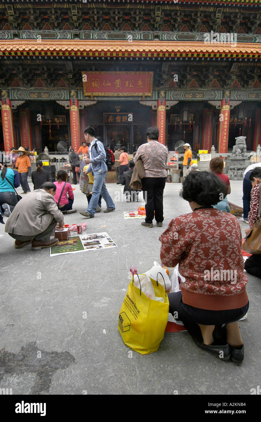 believers praying and sacrificing at Wong Tai Sin tempel - Stock Image