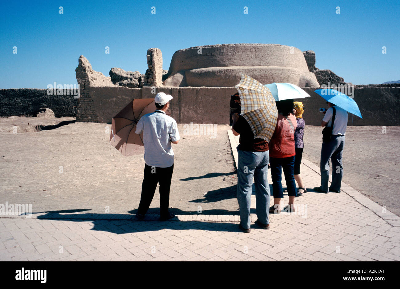 Group of Chinese tourists at the ruins of the ancient city of Gaochang near  Tulufan (Turpan) in Xinjiang - Stock Image