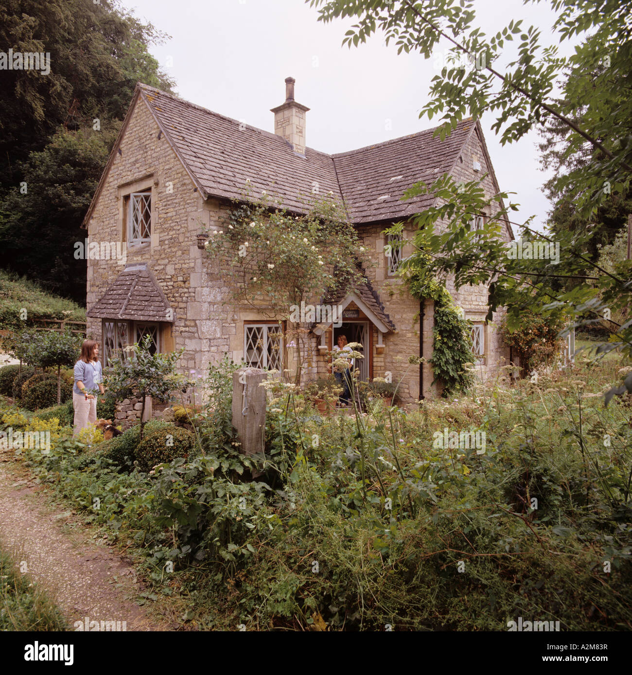 Country cottage and overgrown garden in Gloucestershire - Stock Image