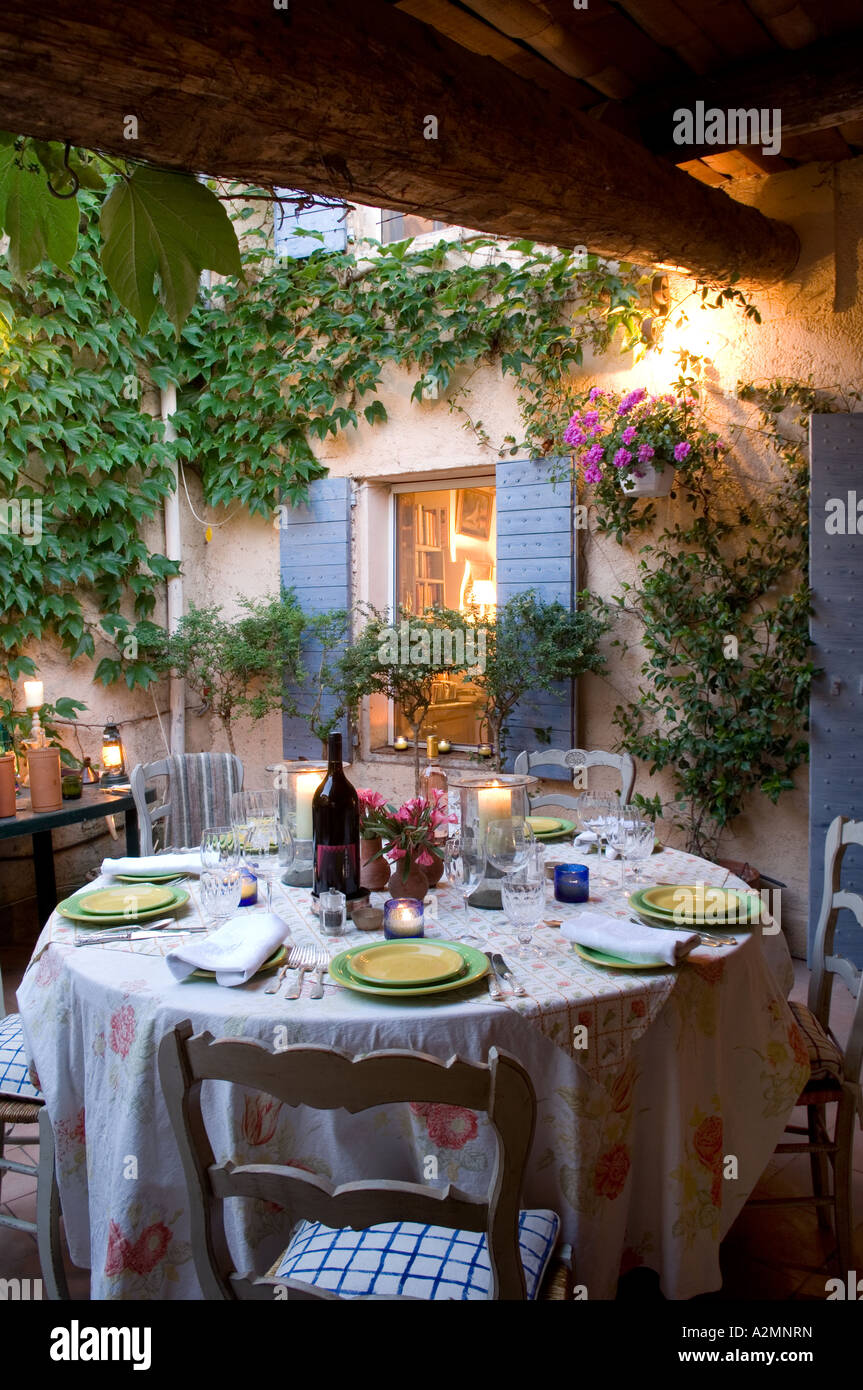 Al fresco dining in Provence - Stock Image