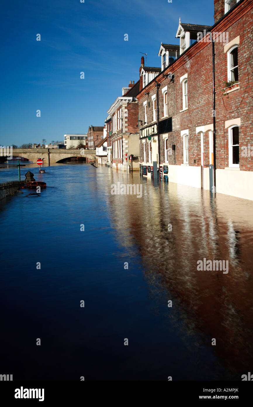 The River Ouse floods Kings Staith, Dec 2006, York, North Yorkshire, England, UK. - Stock Image