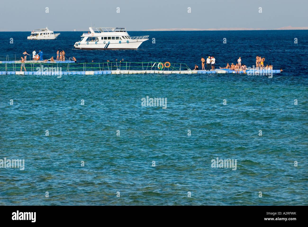 swimming platform base diver  HOUSEREEF house reef riff Sharm El Sheikh EGYPT Om El Sid Plateau people tourists - Stock Image
