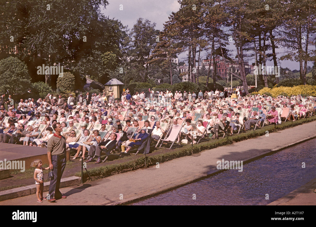 'Holiday ^makers ^listening to band, ^1960, Bournemouth' - Stock Image