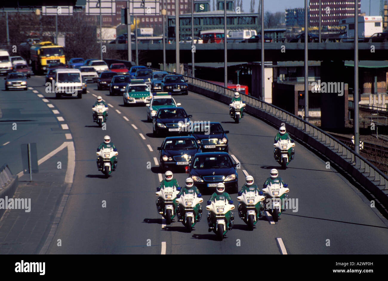 La Reine du Sang [Titans] Germany-berlin-police-escort-vip-motorcade-along-the-motorway-A2WF0H