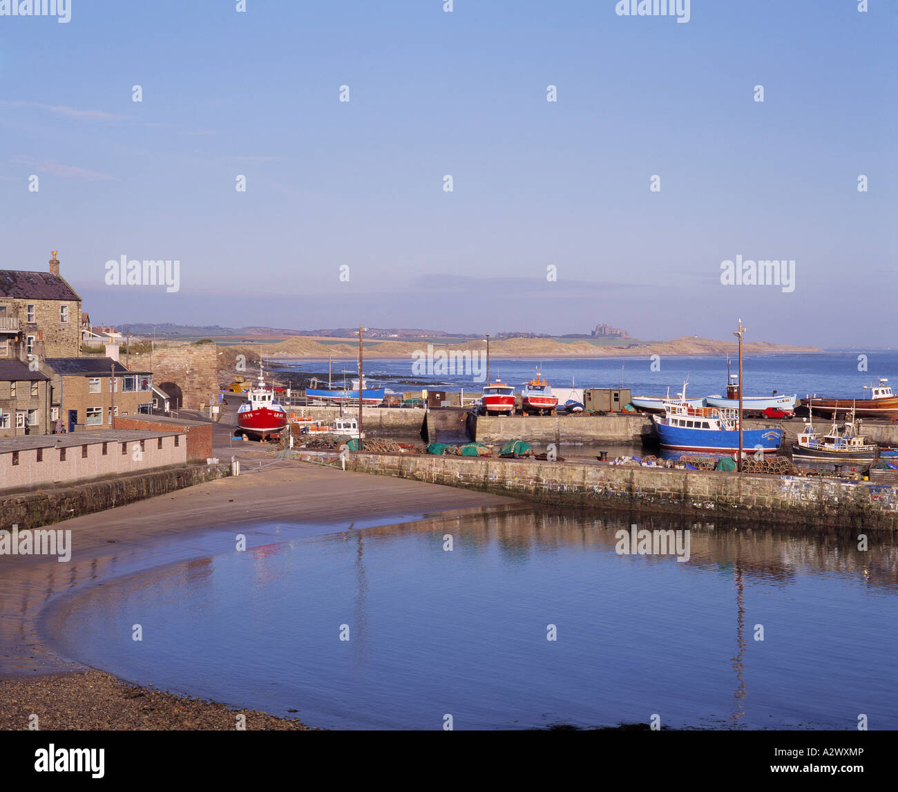 GB NORTHUMBERLAND SEAHOUSES HARBOUR DUNSTANBURGH CASTLE - Stock Image