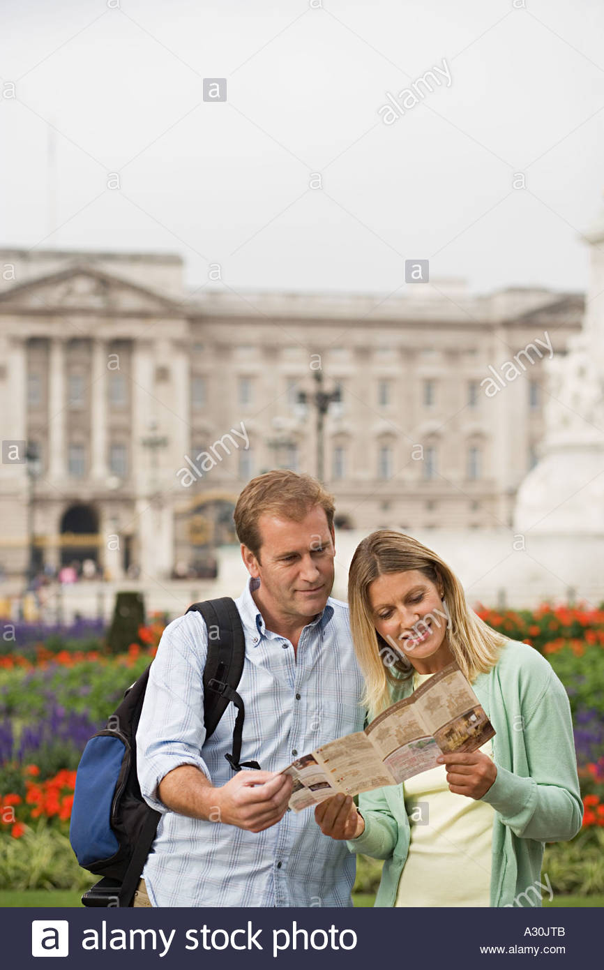 Couple outside Buckingham Palace - Stock Image