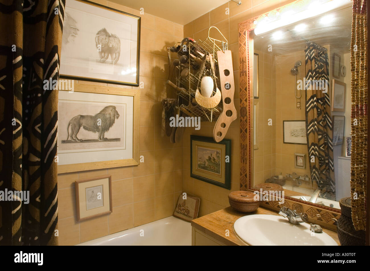 Cosy bathroom with decorative artifacts - Stock Image