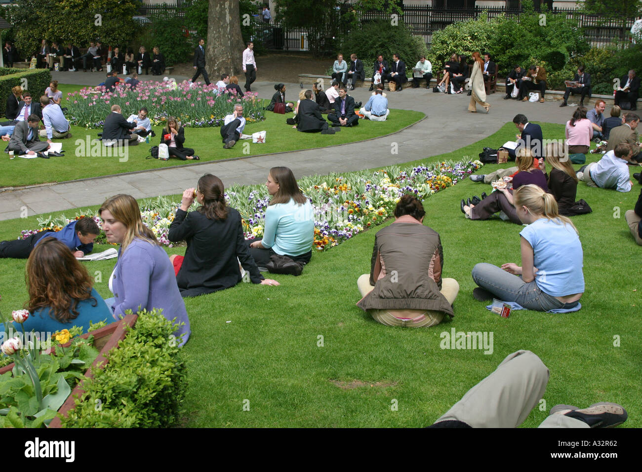 people eating their lunch on the grass at finsbury circus - Stock Image