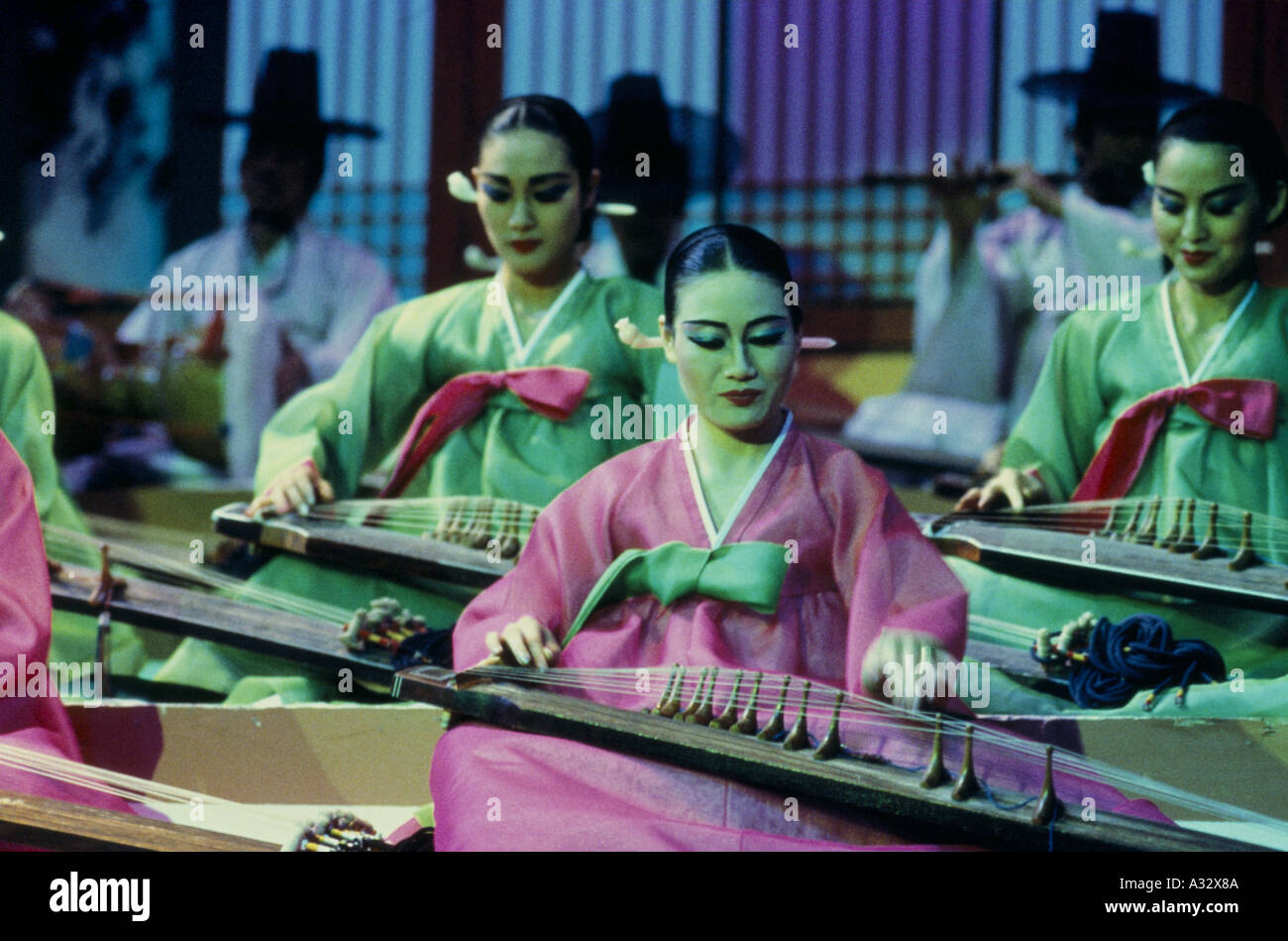 Women playing stringed instruments in traditional Korean show - Stock Image