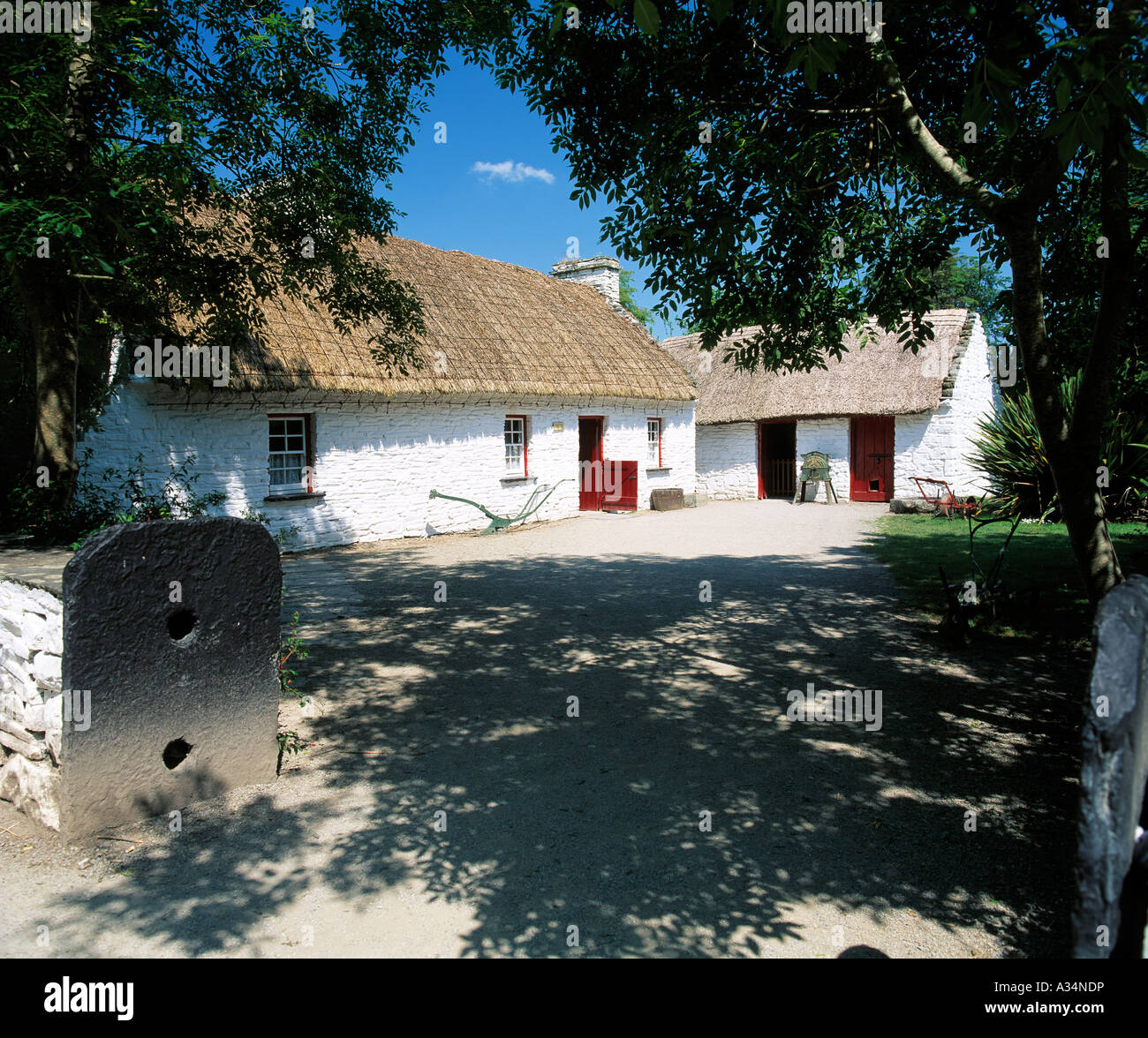bunratty folk park co clare ireland, old thatched house in rural setting - Stock Image