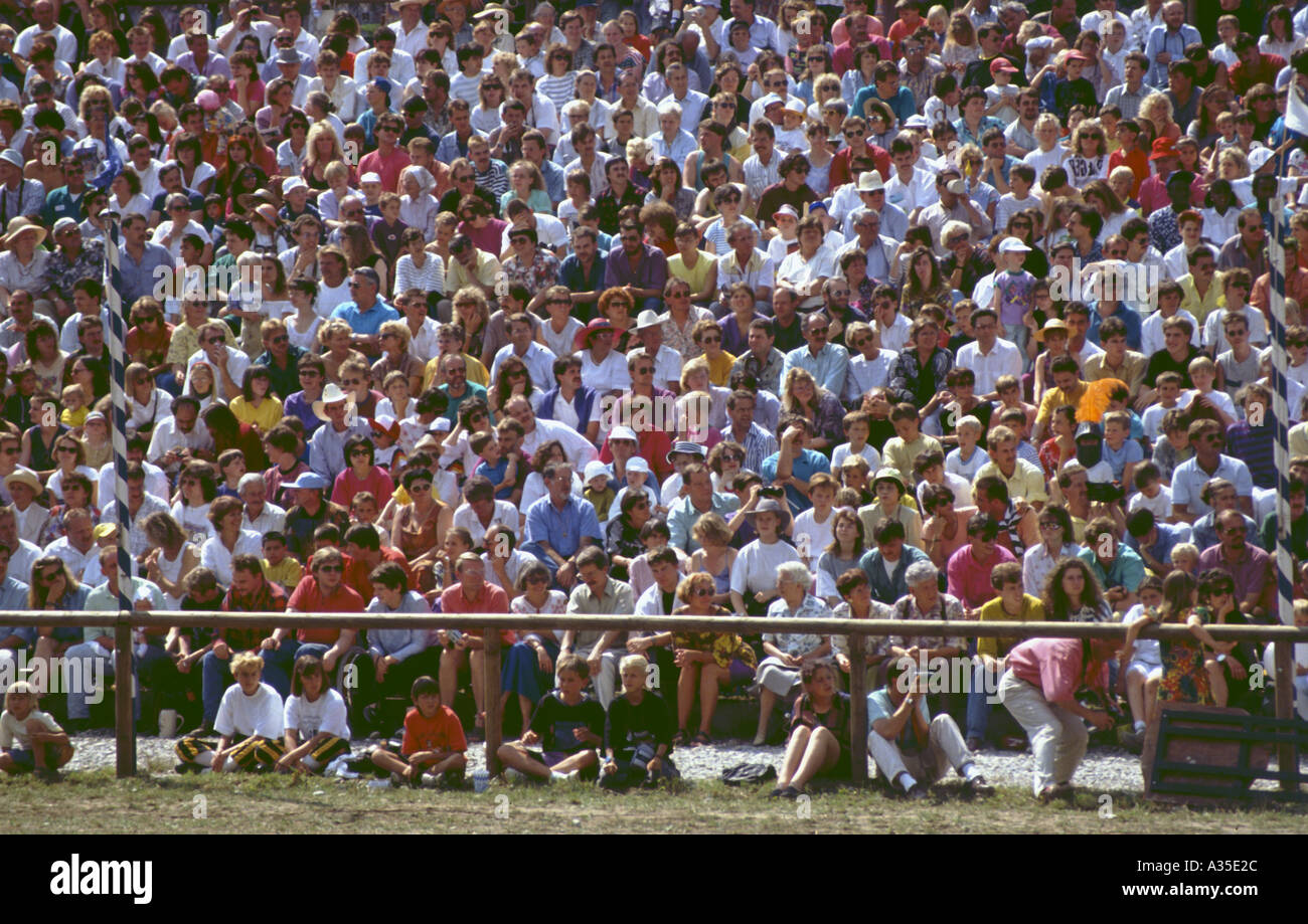 spectators viewer watching sitting fans lot of people group - Stock Image