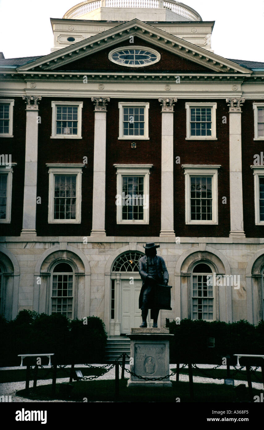 Pennsylvania Hospital America s first hospital founded 1751 in Philadelphia Pennsylvania with a statue of William Stock Photo