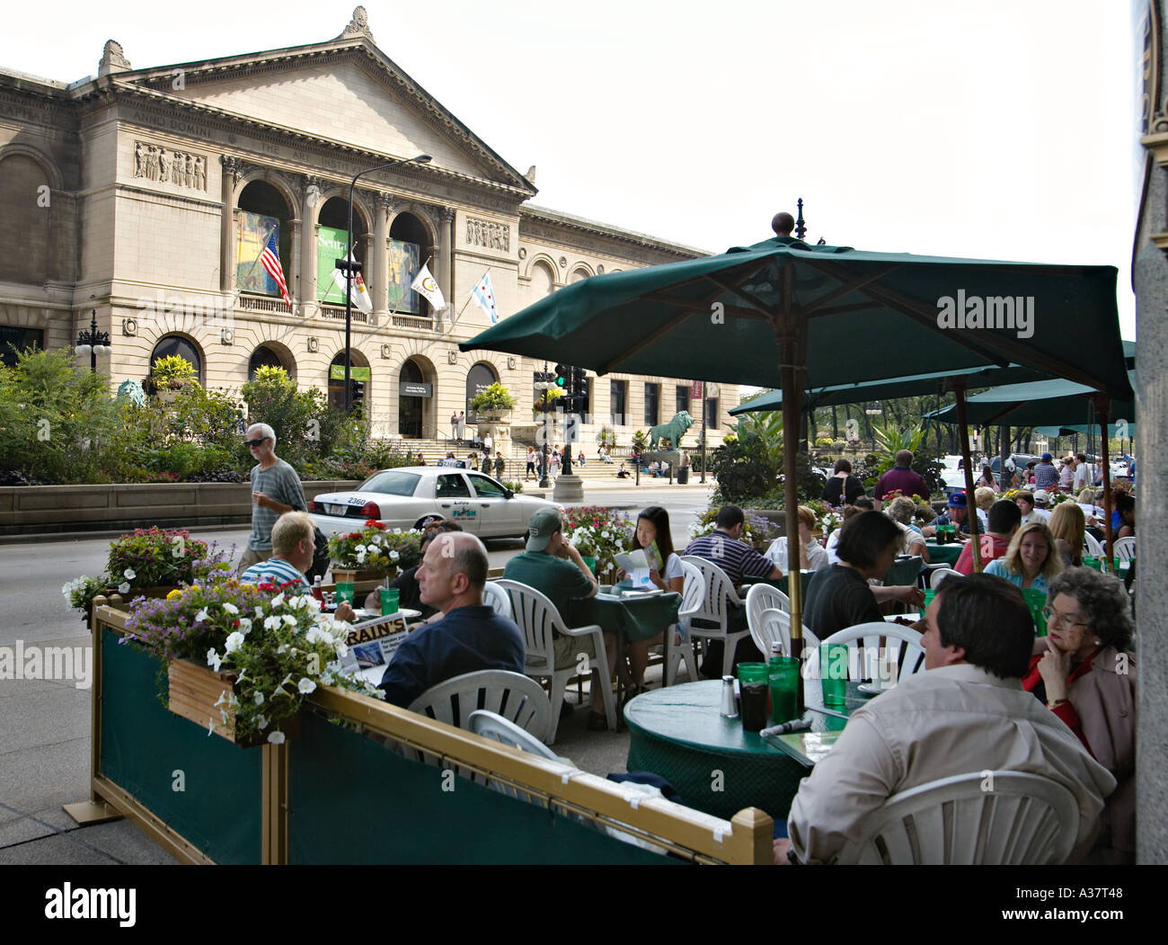 illinois chicago outdoor dining across from art institute of chicago