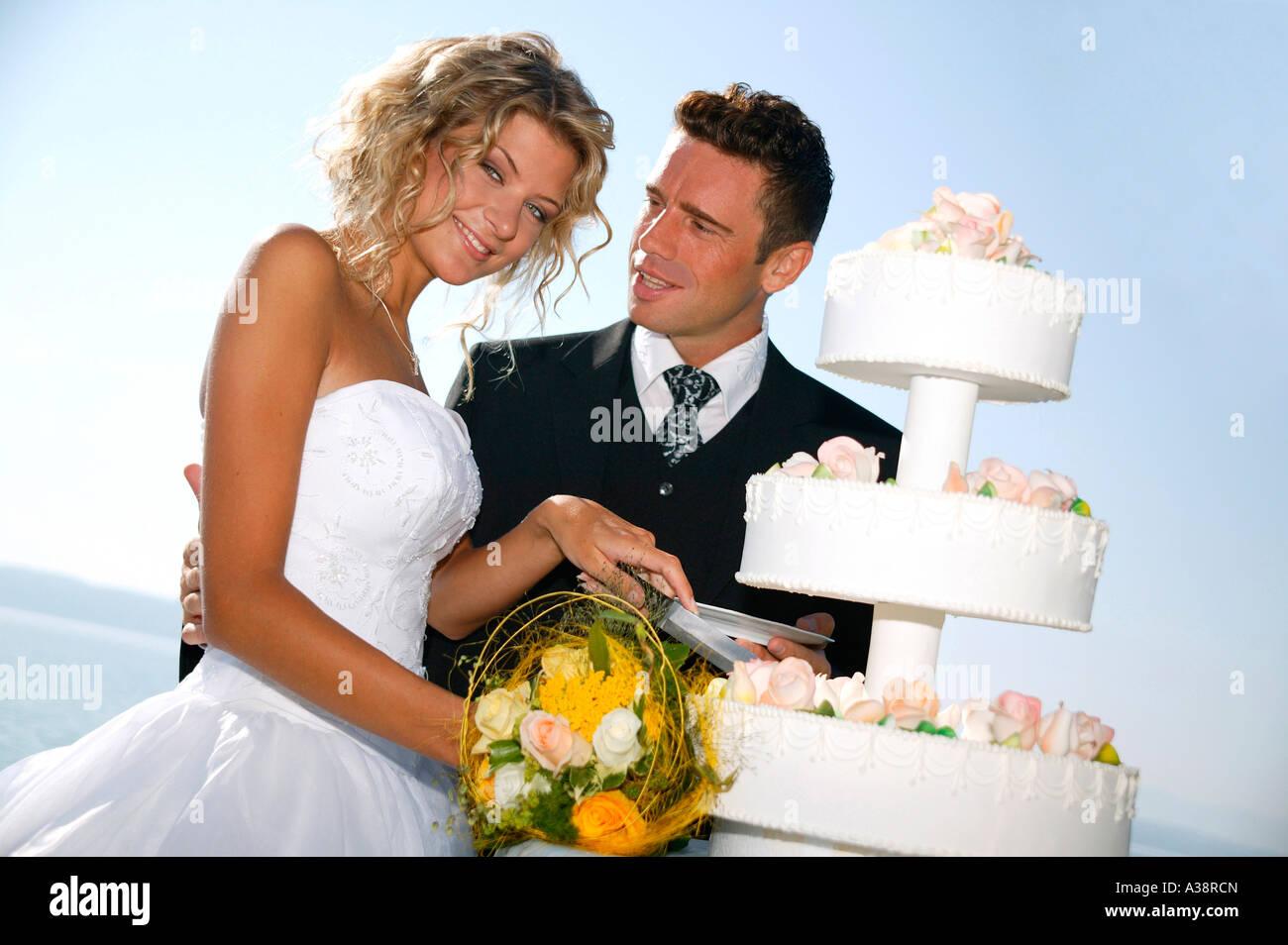Brautpaar im Freien, mit Hochzeitstorte, bridal couple outside with weddingcake Stock Photo