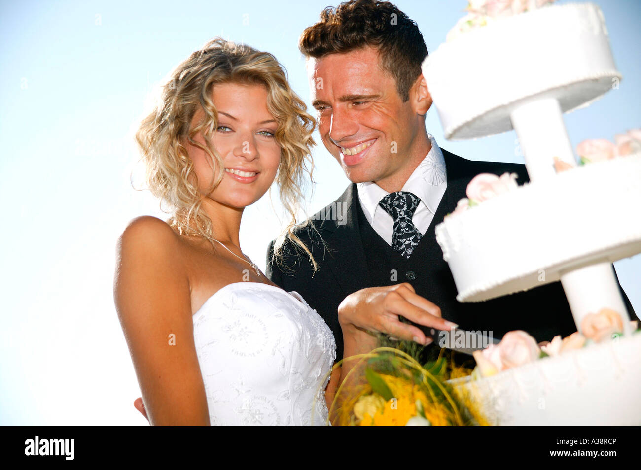 Brautpaar im Freien, mit Hochzeitstorte, bridal couple outside with weddingcake Stock Photo