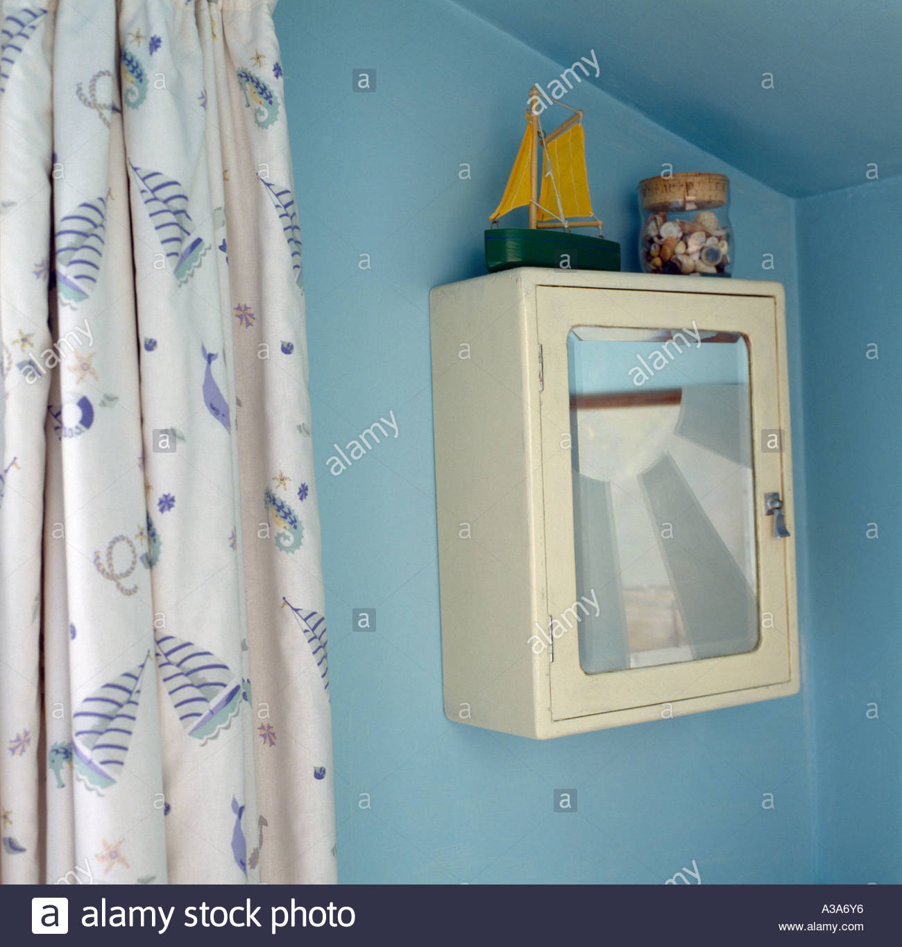 Bathroom Cabinet Stock Photos & Bathroom Cabinet Stock Images - Alamy