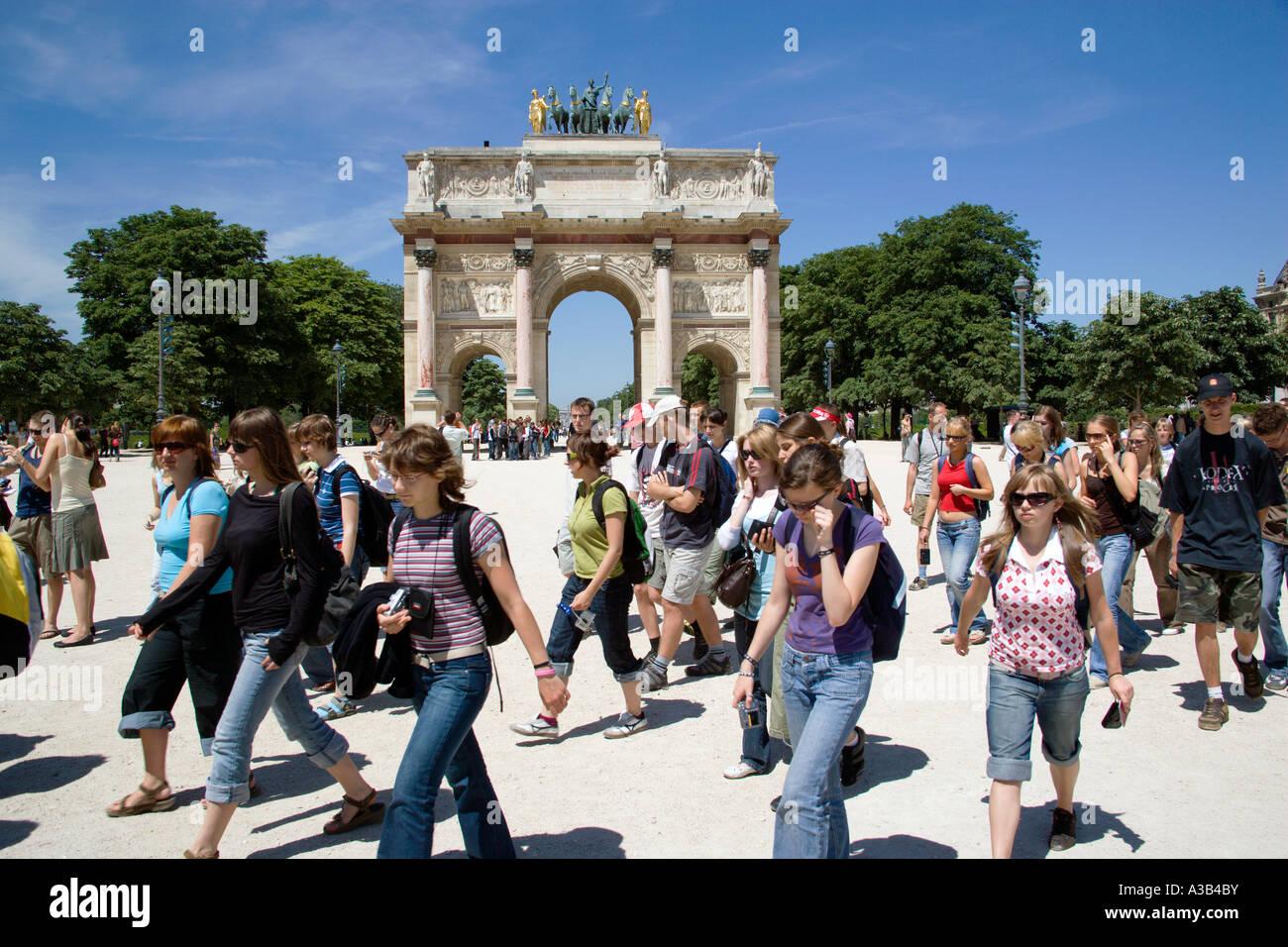 FRANCE Ile de France Paris Foreign students walking from Jardin des Tuileries through 19th Century Arc de Triomphe - Stock Image