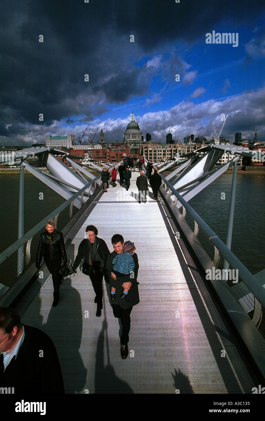 MILLENNIUM BRIDGE LONDON RIVER THAMES DESIGN NEW ARCHITECTURE GOING TO WORK ST PAULS CATHEDRAL TATE MODERN - Stock Image