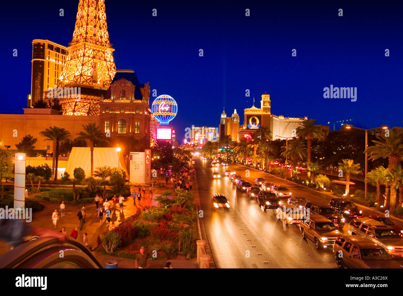 Las vegas strip at night paris mandalay bay monte carlo for Hotel douglas paris