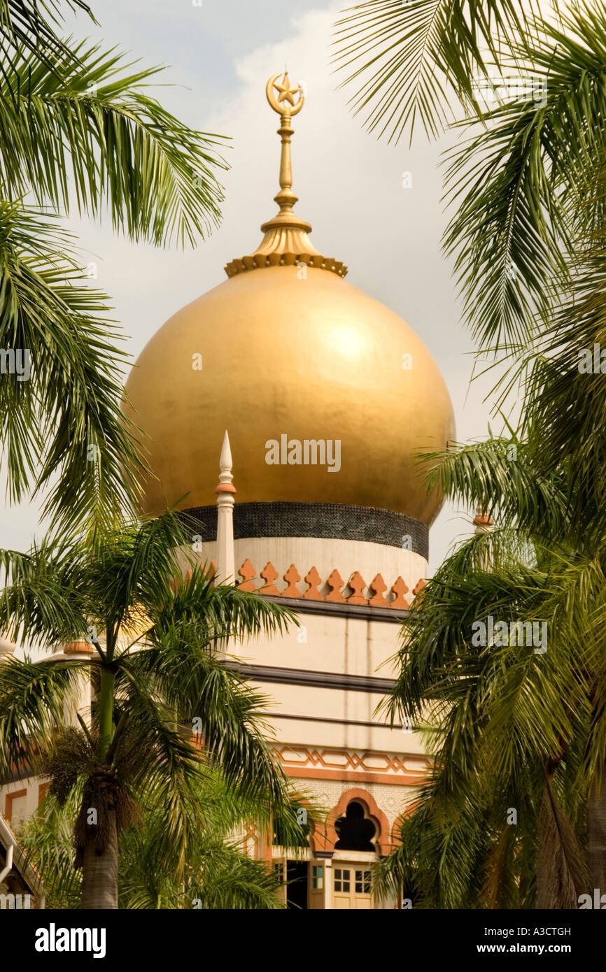 Sultan Mosque, Kampong Glam district, Singapore.  Viewed from Bussorah Mall. - Stock Image