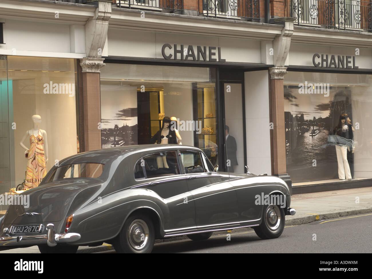 Vintage car parked in front of Chanel shop Sloane Street London ...