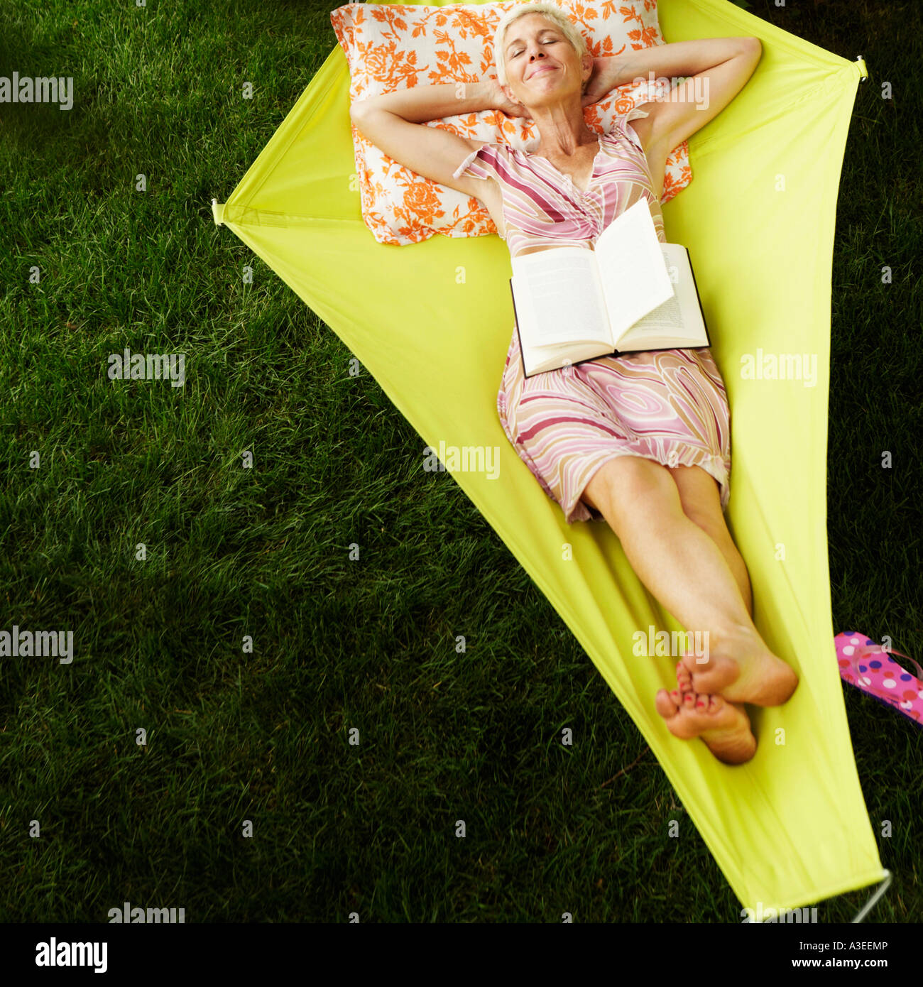 High angle view of a senior woman lying in a hammock - Stock Image