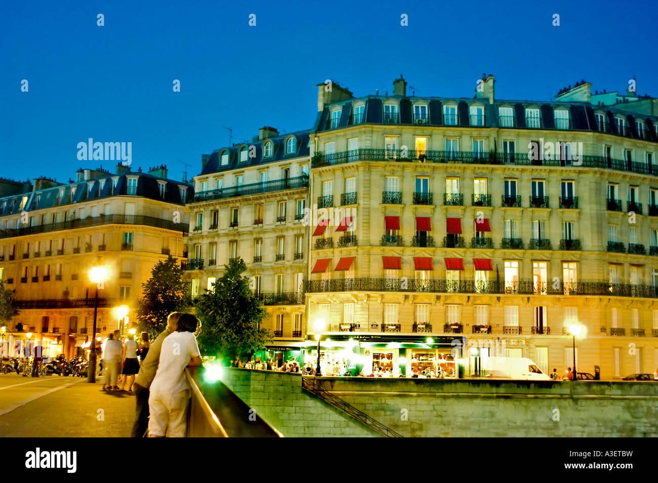 Paris France, Young Adults hanging Around on the Bridge 'Pont St Louis' 'Ile Saint Louis' On 'Seine - Stock Image