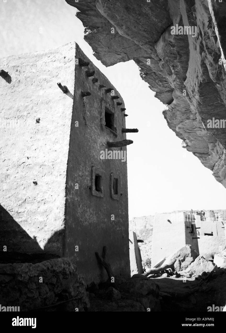Ancient mud-built buildings line the Bandiagara Escarpment, Mali Stock Photo