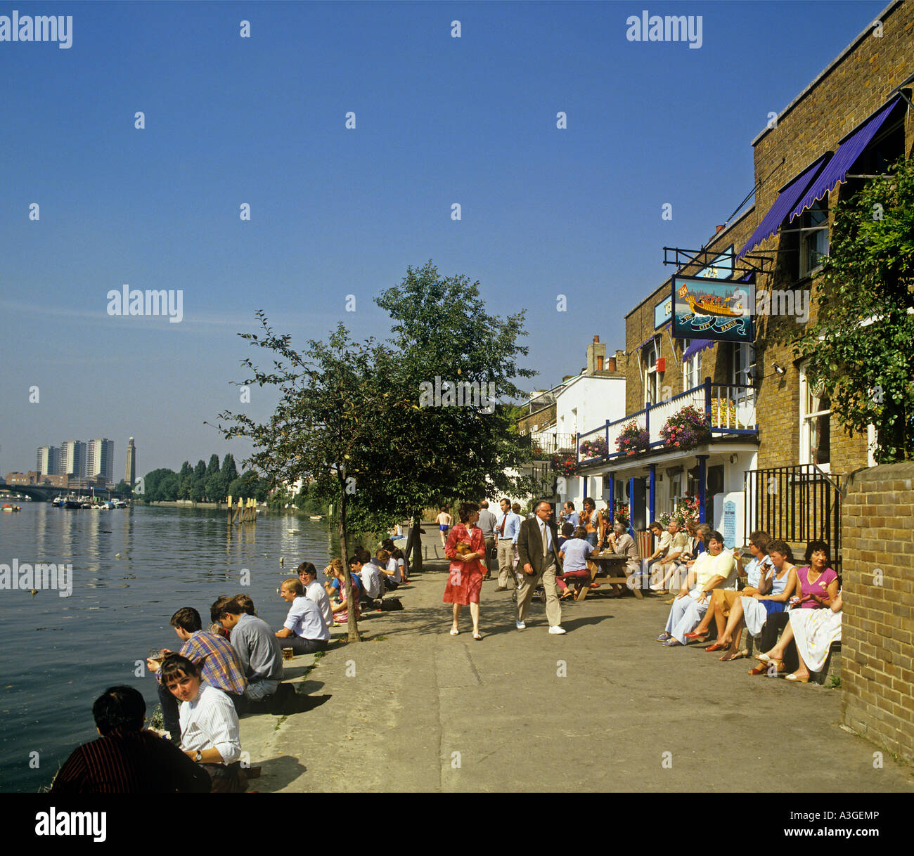 Riverside pub THE CITY BARGE at Strand On The Green Chiswick Stock Photo