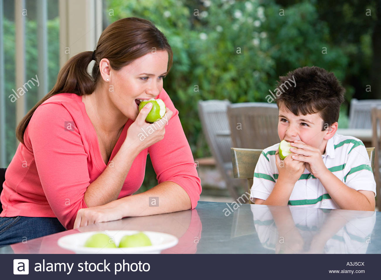 Mother and son eating apples - Stock Image